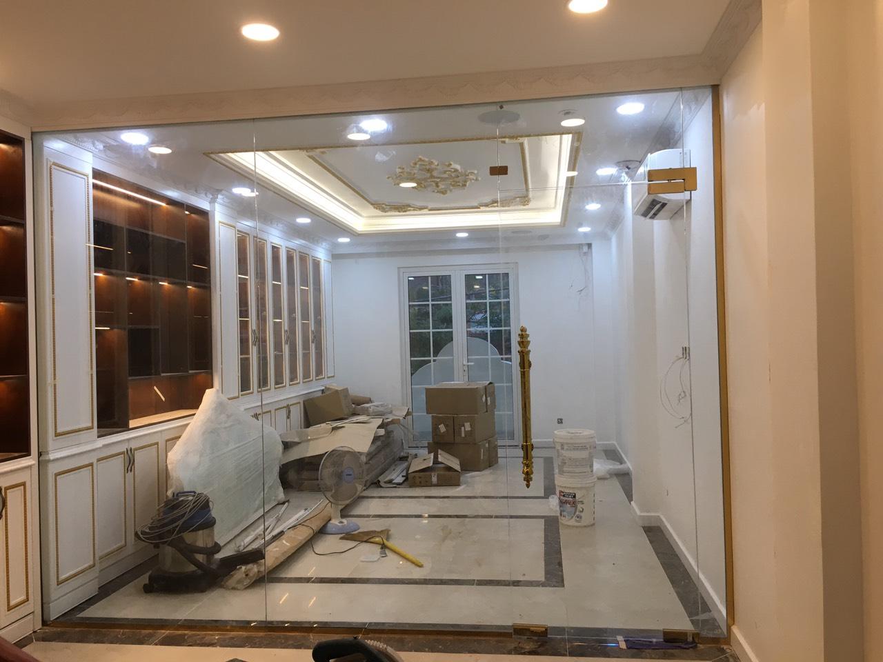cửa kính bản lề sàn fc 34 khung inox vàng